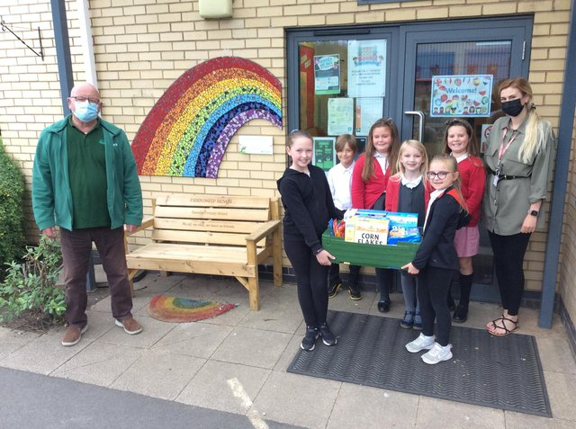 Owen Asher from Sherwood Forest Foodband and children at Farmilo Primary and Nursery School with class teacher Isabelle Slater.