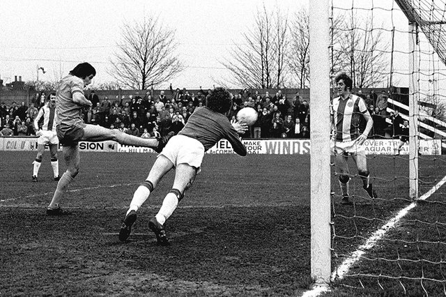 Ernie Moss in action for Mansfield Town.